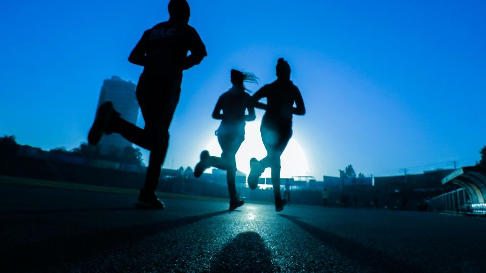 city runners at night