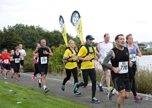 runnrs passing the loch at Cumbernauld 10K